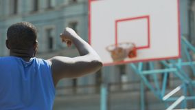 Spelare för yrkesmässig basket som kastar bollen in i korgen, aktiv utbildning lager videofilmer