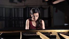 Spelare f?r pianoklassisk musikmusiker Pianist med musikinstrumentflygeln arkivfilmer