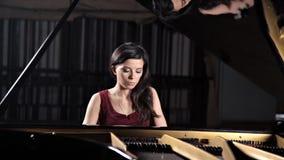 Spelare f?r pianoklassisk musikmusiker Pianist med musikinstrumentflygeln lager videofilmer