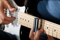 Spelare för elektrisk gitarr som utför sång Fotografering för Bildbyråer