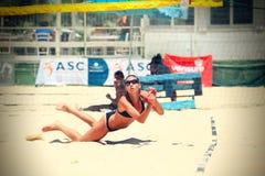 Spelare för kvinnastrandvolleyboll försvar Fotografering för Bildbyråer
