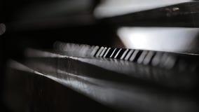 Spelare räcker tounching pianotangenter och det stängande tangentbordet arkivfilmer