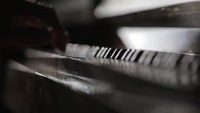 Spelare r?cker tounching pianotangenter och det st?ngande tangentbordet lager videofilmer