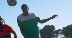 Spelare som kastar fotbollbollen 4k lager videofilmer