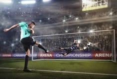 Spelare som tar ett skott under fotbollsmatchen royaltyfri foto