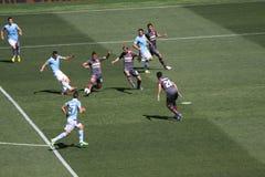 Spelarefotboll i handling Arkivbild