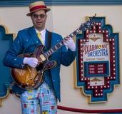 Spelaren för den elektriska gitarren underhåller gäster på Disney det Kalifornien affärsföretaget royaltyfri fotografi