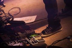 Spelaren för den elektriska gitarren, uppsättning av distorsion trampar royaltyfria foton