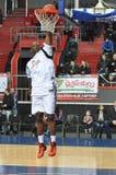 Spelaren kastar bollen i korgen Arkivbild
