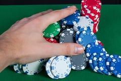 Spelaren segrar handbanken tar alla chiper Royaltyfri Foto
