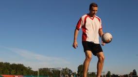 Spelaren sparkar bollen vid hans fot under perioden, sikt underifrån stock video