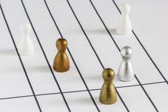 Spelbeeldjes op verschillende stegen met gouden in het midden die de race winnen stock afbeelding