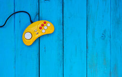 Spelcontrolemechanisme op een blauwe houten achtergrond Gele bedieningshendel Stock Foto's