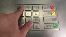 Speld-code in ATM, het duwen op van de sleutels in ATM stock videobeelden