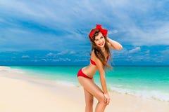 Speld omhoog mooie jonge vrouw in rode bikini op een tropisch strand royalty-vrije stock afbeeldingen