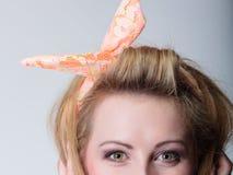 Speld op blondemeisje in hairband royalty-vrije stock afbeeldingen