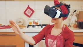 Speld-op jonge virtuele de werkelijkheidsglazen van het meisjesgebruik stock footage