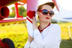 Speld-op meisje en rood vliegtuig royalty-vrije stock afbeeldingen