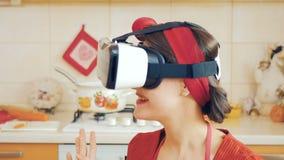 Speld-op meisje kijkt door virtuele werkelijkheidsglazen stock video