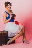 Speld op Meisje met een zetel van de Filmcamera op een bagage Stock Afbeelding
