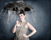 Speld-op meisje met paraplu onder waterplons Stock Foto's