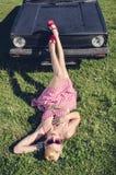 Speld-op stijlmeisje het stellen met auto Royalty-vrije Stock Foto's