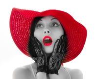 Speld-op vrouw met rode hoed en lippen stock afbeelding