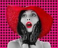 Speld-op vrouw met rode hoed en lippen Stock Fotografie