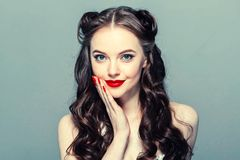Speld op vrouwenportret Mooi retro wijfje in stipkleding met rode lippen royalty-vrije stock fotografie