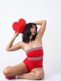 Speld-op zoek mooie vrouw die rode kruippakjes dragen Royalty-vrije Stock Fotografie