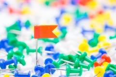 Speld van de borduurwerk de rode vlag ter plaatse amid velen kleurrijke speld Stock Afbeelding