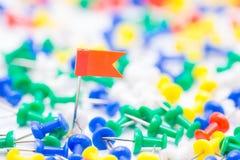 Speld van de borduurwerk de rode vlag ter plaatse amid velen kleurrijke speld Royalty-vrije Stock Foto