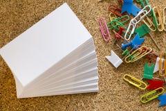 Spelden en paperclippen stock illustratie