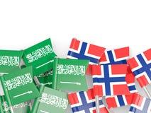 Spelden met vlaggen van Saudi-Arabi? en Noorwegen op wit wordt ge?soleerd dat stock illustratie