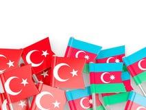 Spelden met vlaggen van Turkije en azerbaijan op wit wordt ge?soleerd dat stock illustratie