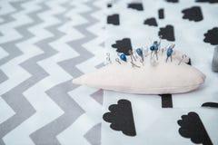 Speldenkussen met partij van naalden en spelden voor het naaien Stock Foto's