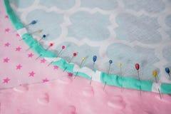 Speldenkussen met partij van naalden en spelden voor het naaien Stock Fotografie