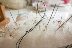 Speldkussen met het naaien van spelden Stock Afbeeldingen