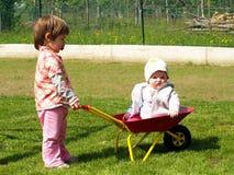 Spelen in een tuin Royalty-vrije Stock Fotografie
