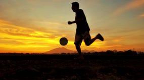 Spelen footbal bij de ochtendglorie royalty-vrije illustratie