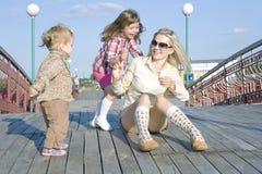 Spelen op de brug Stock Afbeeldingen