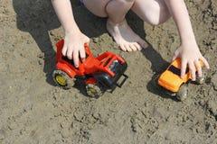 Spelen op het strand Stock Afbeelding