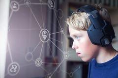 Spelen van de tiener de speelcomputer op PC Royalty-vrije Stock Afbeelding