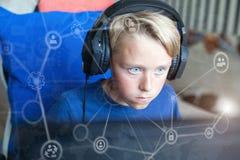 Spelen van de tiener de speelcomputer op PC Royalty-vrije Stock Foto