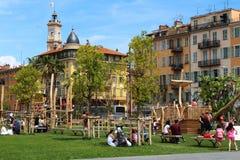 Spelend bij Promenade du Paillon in Nice, Frankrijk Stock Afbeelding