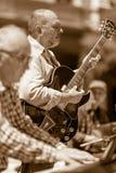 Spelend grote jazz met gesloten ogen royalty-vrije stock foto's