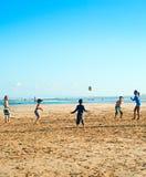 Spelend op het strand, Bali Stock Foto's