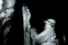 Speleologist в пещере льда Стоковое Изображение RF