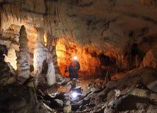 Speleologist que explora a caverna