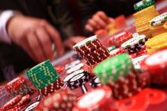 Speler die spaanders plaatsen op een het gokken lijst in casino Royalty-vrije Stock Foto's